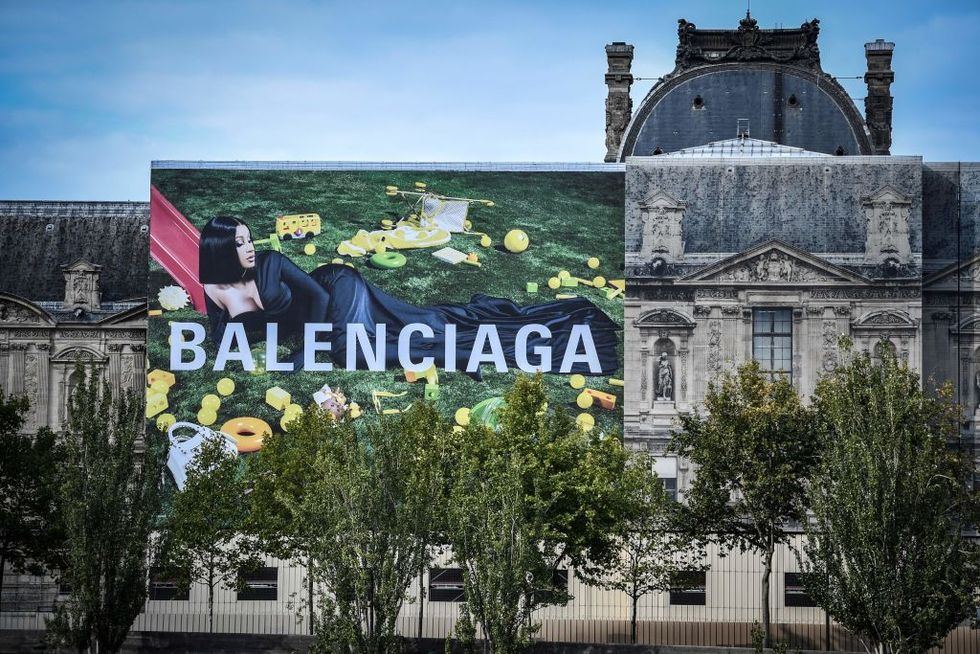 Cardi B adorna la fachada del Louvre gracias a Balenciaga