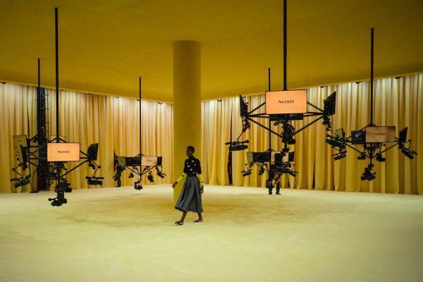 Raf Simons y Miuccia Prada exploran la noción del uniforme entre tecnología y humanidad