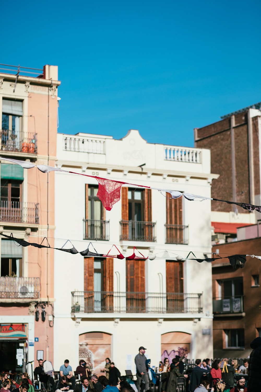 En Barcelona una cadena de sujetadores como metáfora visual encarna el poder femenino del vecindario